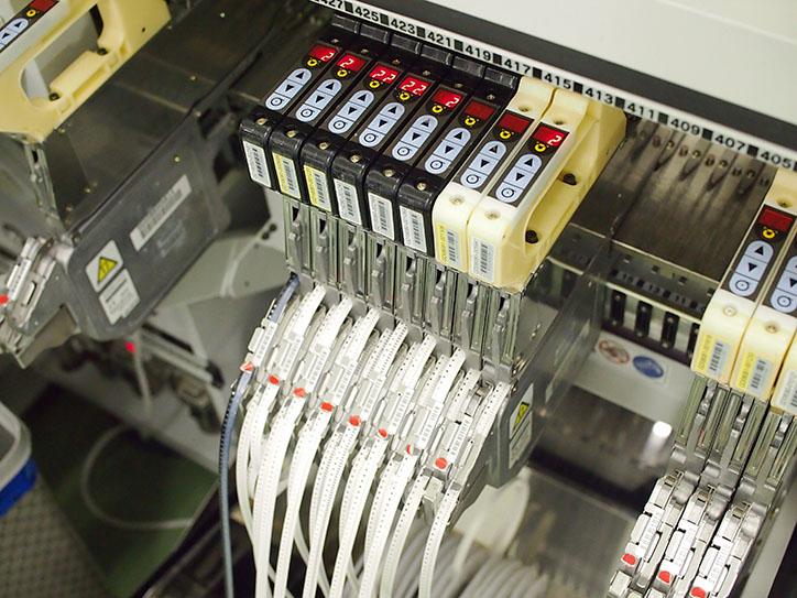 小型の部品はこのようなリール状のテープで供給