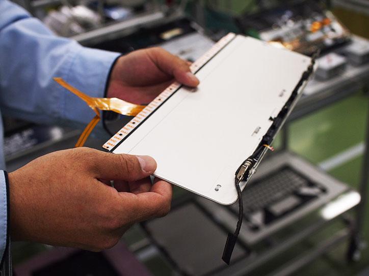 スタンドや液晶カバー、パームレスト、底板などはアルミの板を貼り付けて作る