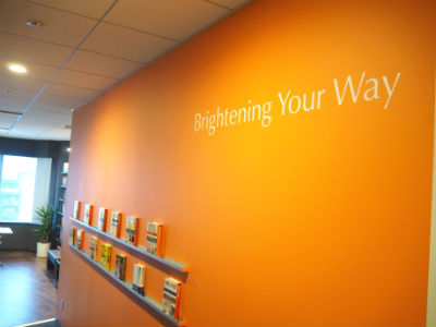 ワーキングスペースの壁面には、スカイライトのスローガンが